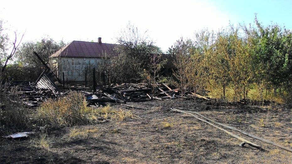 В Бобровском районе при пожаре сгорели 3 сарая