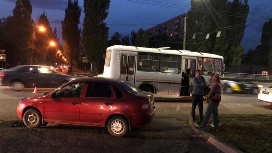 Воронежская пенсионерка пострадала в столкновении маршрутного ПАЗа и «Лады Калины»