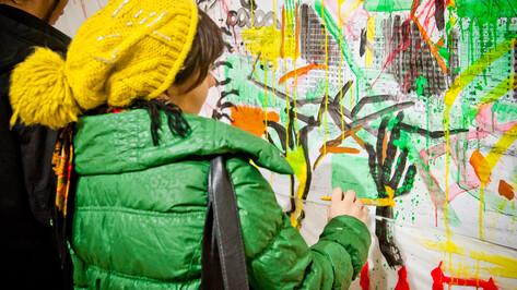 На выставке молодых художников посетители перекрасили «Град» и «Галерею Чижова»