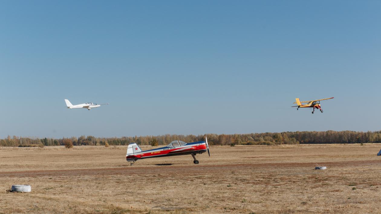 С тремя чемпионами мира. На базе воронежского авиаклуба начались соревнования пилотов