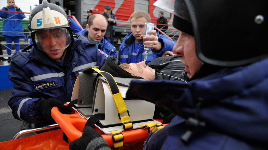 В Воронеже спасатели и медики помогли «пострадавшим» в сошедшем с рельсов вагоне