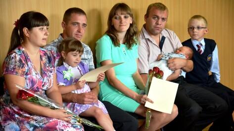 Молодые семьи Поворинского района получили сертификаты на улучшение жилищных условий