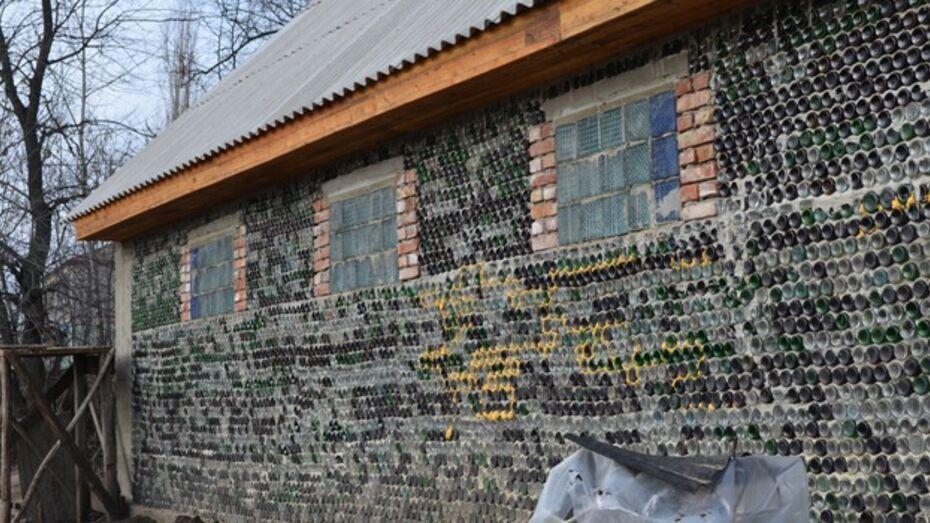 Военный пенсионер из Семилукского района освоил технологию строительства из бутылок