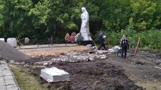 В панинском Перелешино на воинском захоронении заменят скульптуру «Скорбящая мать»
