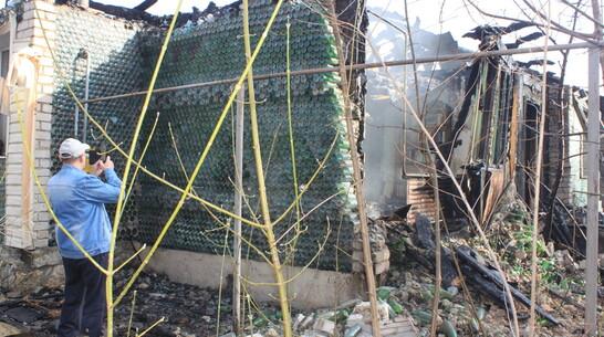 «Дом из бутылок» сгорел при пожаре в Панинском районе