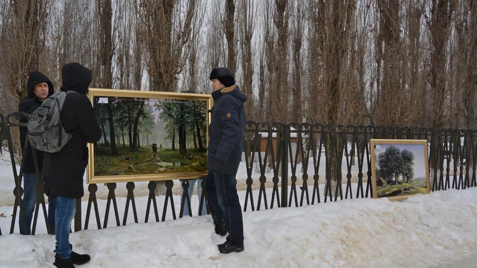 В Россоши на улице разместили 8 репродукций картин вместо украденных