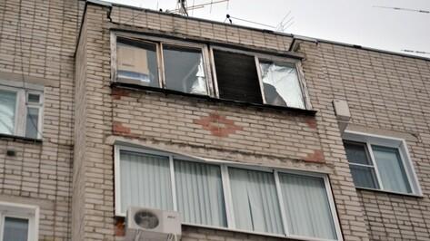В Воронеже женщина повисла на балконе многоэтажки