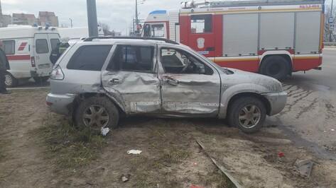 В Воронеже 2 пассажира внедорожника пострадали в ДТП с фурой