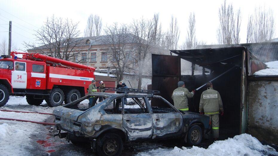 В Бутурлиновке автомобиль сгорел вместе с гаражом