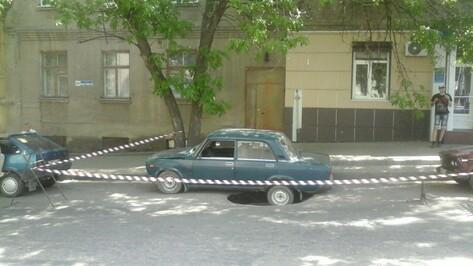 Водоканал: асфальт в центре Воронежа провалился из-за обрушения ветхой канализации
