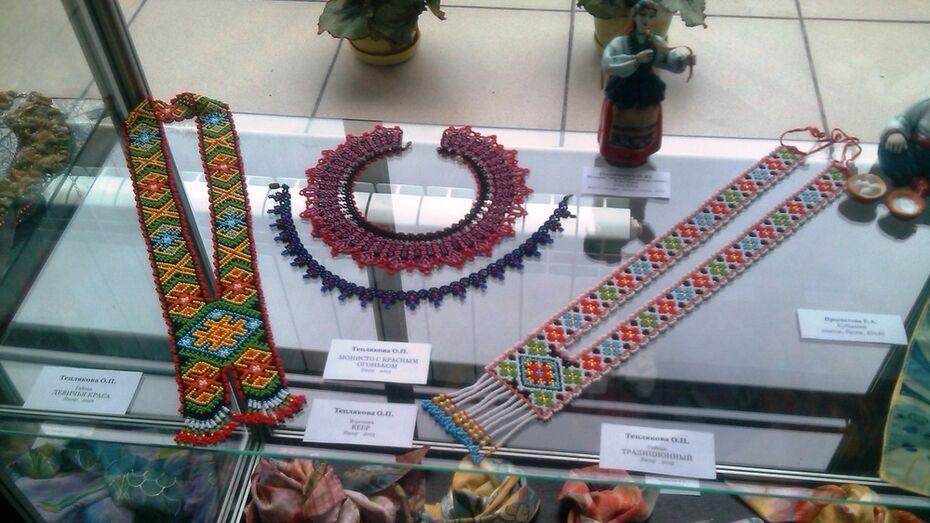Хохольская художница представила работы на региональной выставке