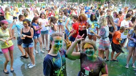 В Бутурлиновке впервые прошел фестиваль красок холи