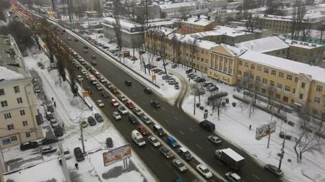 Утренний снег спровоцировал в Воронеже пробки в 9 баллов