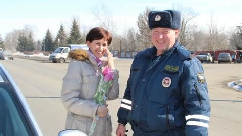 Новоусманские и россошанские сотрудники ГИБДД одарили женщин цветами