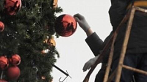 В Воронеже начали разбирать новогоднюю елку на площади Ленина