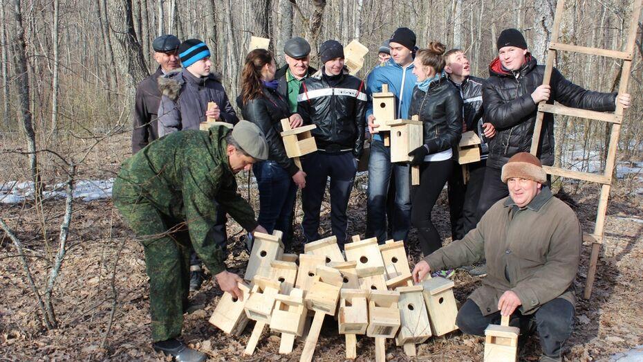 В Терновском районе школьники развесили в Савальском лесничестве 50 скворечников
