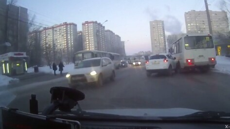 Столкновение кроссовера и маршрутки в Воронеже попало на видео