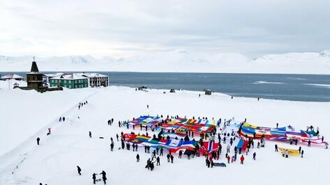 Участники полярной экспедиции развернули в Арктике флаг Воронежской области
