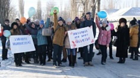Поворинские школьники вышли сегодня на улицы, чтобы поздравить прохожих с Международным днем объятий