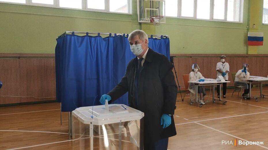 Воронежский губернатор проголосовал в первый день выборов