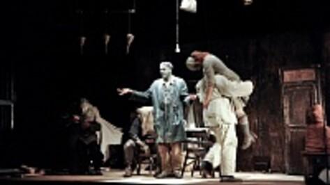 На сцене драмтетра французские актеры ели камни, мылись песком и отрезали от себя куски мяса