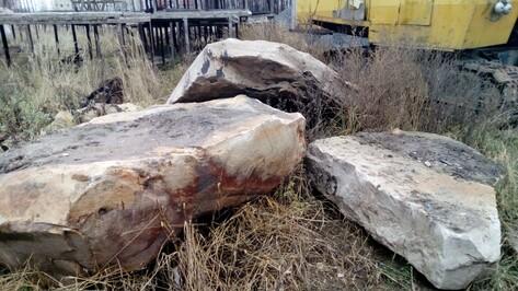 В Воронеже строители нашли камень с патриотическими надписями времен войны
