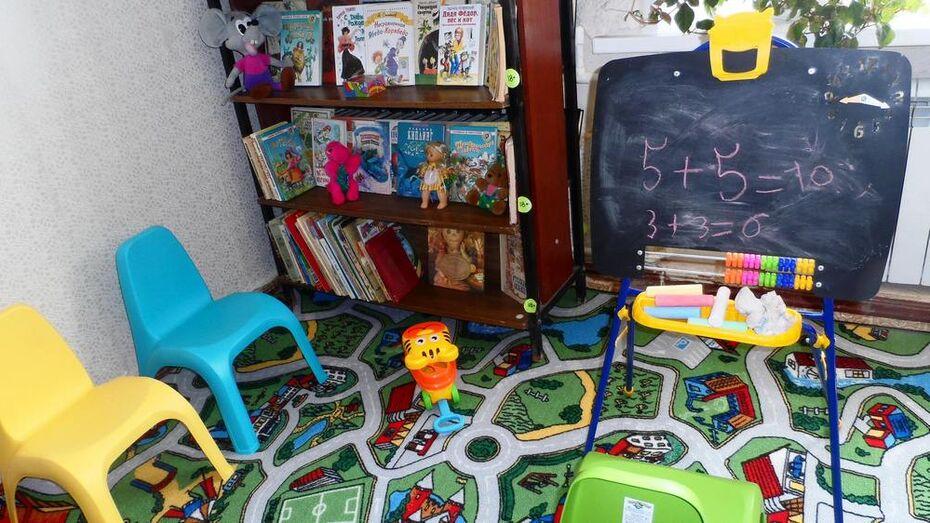 Иеромонах из Санкт-Петербурга подарил семилукской библиотеке детский уголок