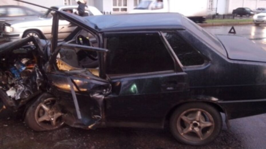 В Воронеже на Волгоградской в ДТП ранены двое мужчин и девушка