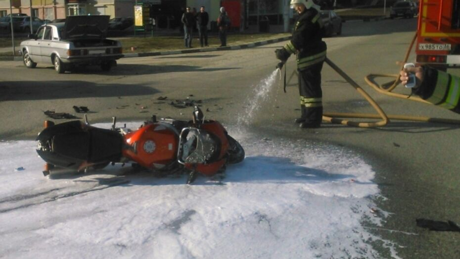 В Нововоронеже столкнулись «Волга» и мотоцикл Honda: двое пострадали
