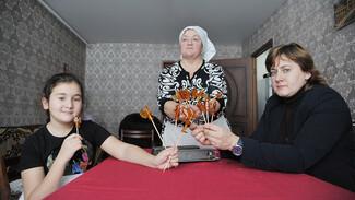 Спецпроект РИА «Воронеж». Бабушкин рецепт. Леденцы на палочке из Репьевки
