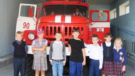 Хохольских школьников научили обращаться с брандспойтом и огнетушителем