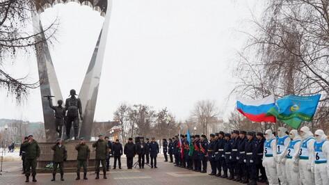 Новороссийские военнослужащие провели митинг у воронежского памятника десантникам