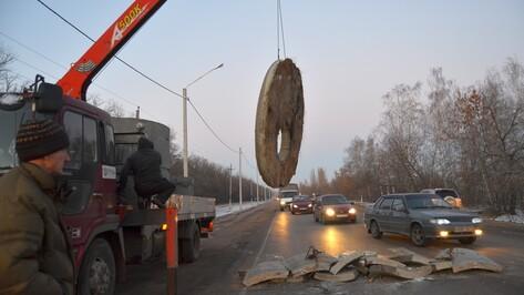 В Семилуках движение на дороге парализовали упавшие с большегруза бетонные конструкции