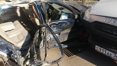 На рассвете в массовой аварии в Воронеже серьезно пострадала девушка
