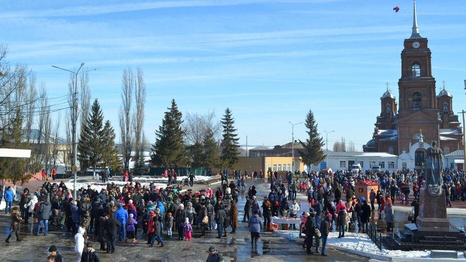 В Бутурлиновке Масленичная неделя завершилась массовыми гуляниями на главной площади города