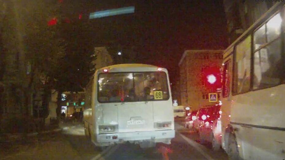 В Воронеже проехавшая на «красный» маршрутка попала на видео