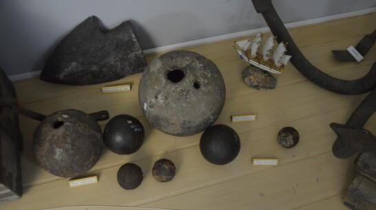 Старинное пушечное ядро передал Павловскому краеведческому музею местный житель