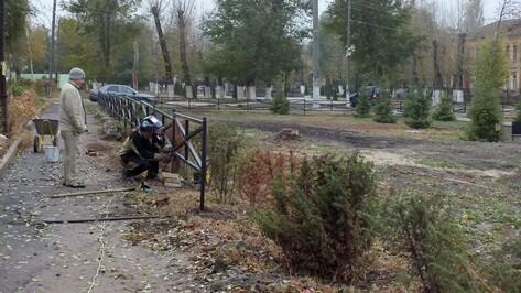 В Семилуках Аллею Героев обнесли забором