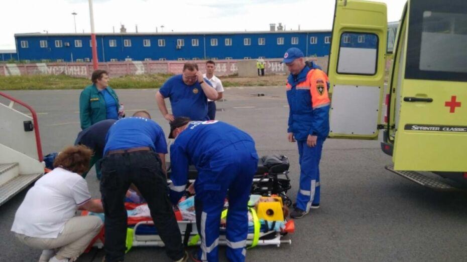 Самолет МЧС доставил пострадавшую в ДТП в Воронежской области девушку в Петербург