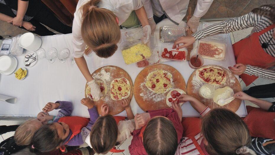 Воронежцы готовили пиццу, пускали мыльные пузыри и играли в настольные игры