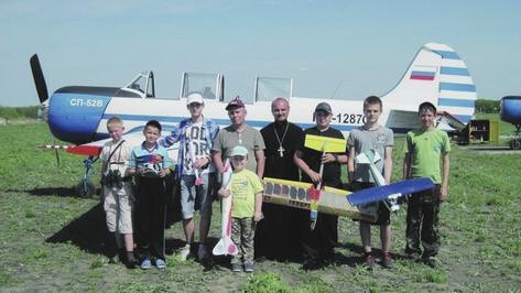 В калачеевском селе священник ведет кружок авиамоделирования