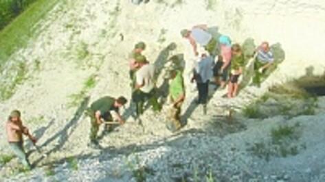 Россошанские казаки расчистили вход в пещерный храм на берегу Дона