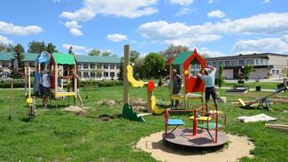 Детскую площадку в сквере обустроили активисты репьевского села Колбино