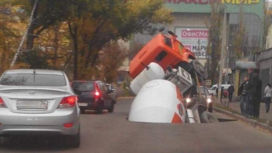 Воронежский водоканал продлил ремонт коллектора на месте провала бетономешалки на месяц