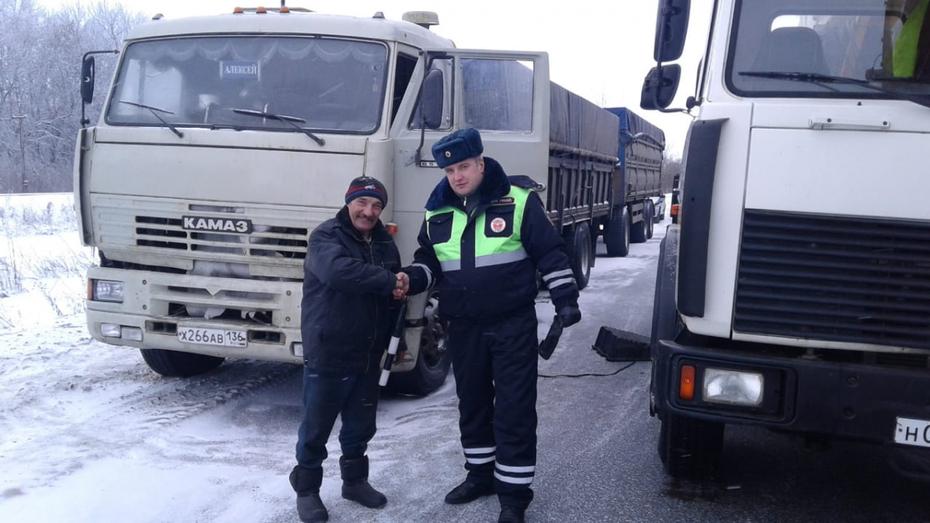 Воронежские полицейские помогли водителю, который провел 1,5 дня в сломанном грузовике