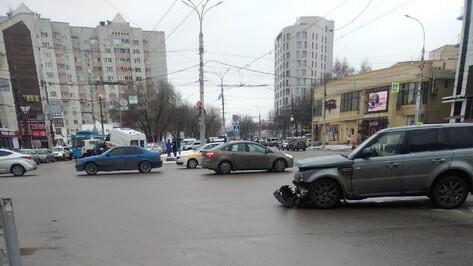 После столкновения «скорой» и Land Rover в Воронеже госпитализировали 2 медиков