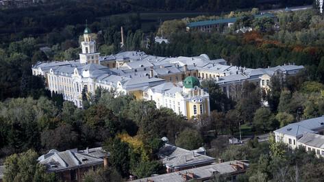 Статую Ленина на входе в Воронежский ГАУ предложили заменить на бюст Петра I