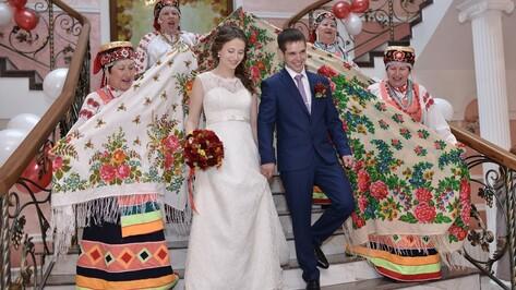 Россошанских молодоженов на Красную горку поздравили обрядовыми свадебными песнями