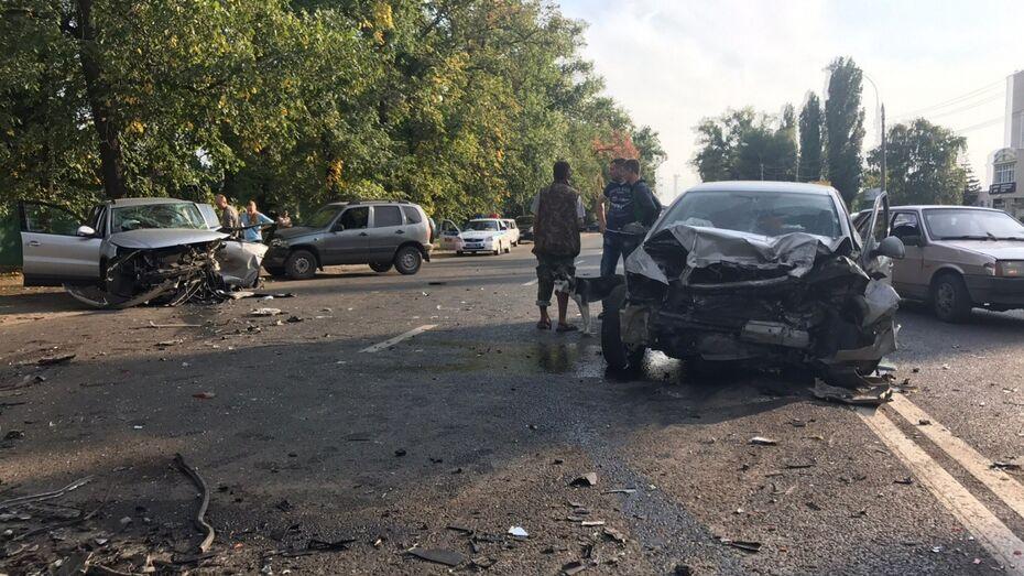 В Воронеже после столкновения 4 автомобилей погиб человек