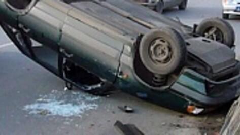 В Воронеже после удара «ВАЗа» о бордюр водитель вылетел из салона и погиб